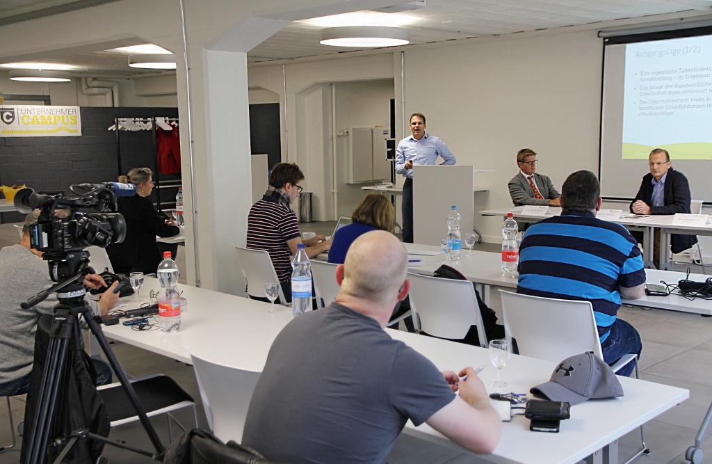 Am 9.11.2015 wurde das Projekt Campus Unternehmertum den Medien vorgestellt (BIldmitte: Projektleiter Reto Baumgartner).