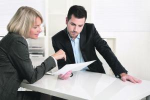 Erfolgreiches Business Team im Büro: Mann und Frau